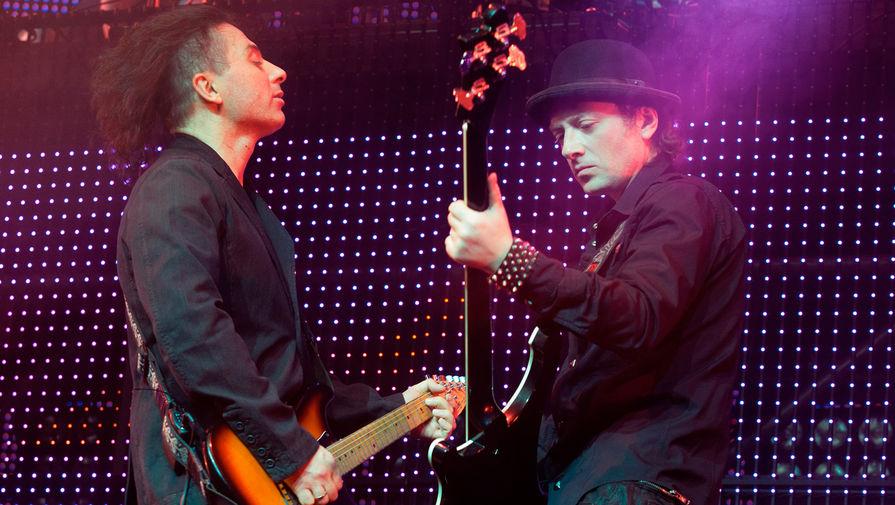 Музыканты группы «Агата Кристи» Вадим и Глеб Самойловы (слева направо) во время концерта в спорткомплексе «Олимпийский», 2009 год