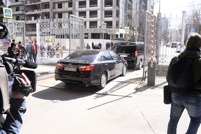 Автомобиль с тонированными стеклами на территории Мосгорсуда во время рассмотрения апелляционной жалобы защиты экс-главы Минэкономразвития России Алексея Улюкаева на приговор, 12 апреля 2018 года