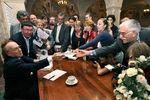 Писатель Эдвард Радзинский и актер Армен Джигарханян во время презентации книги Радзинского «Александр II. Жизнь и смерть» вХраме Христа Спасителя, 2006год