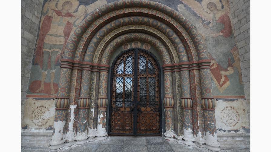Входной портал Успенского собора на Соборной площади Московского Кремля