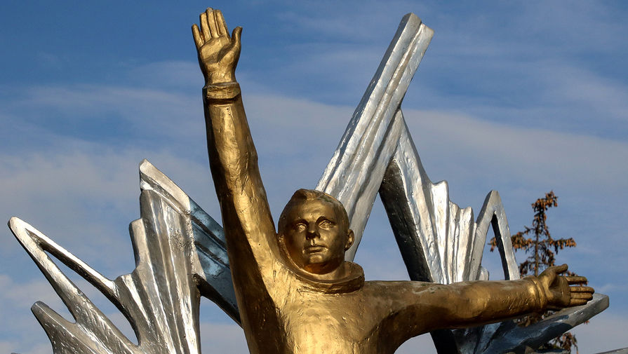 Памятник космонавту Юрию Гагарину на территории детского оздоровительного лагеря им. Ю.Гагарина в Евпатории