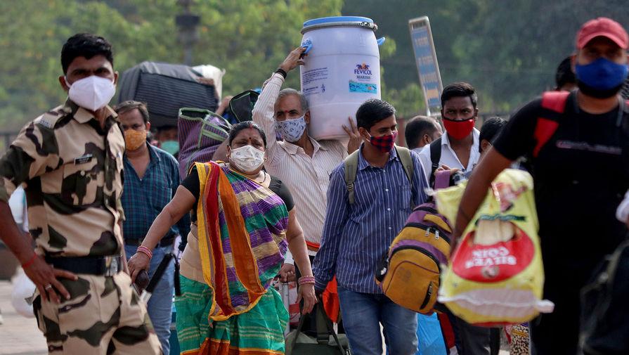 Люди на железнодорожной станции в Мумбаи, 21 апреля 2021 года