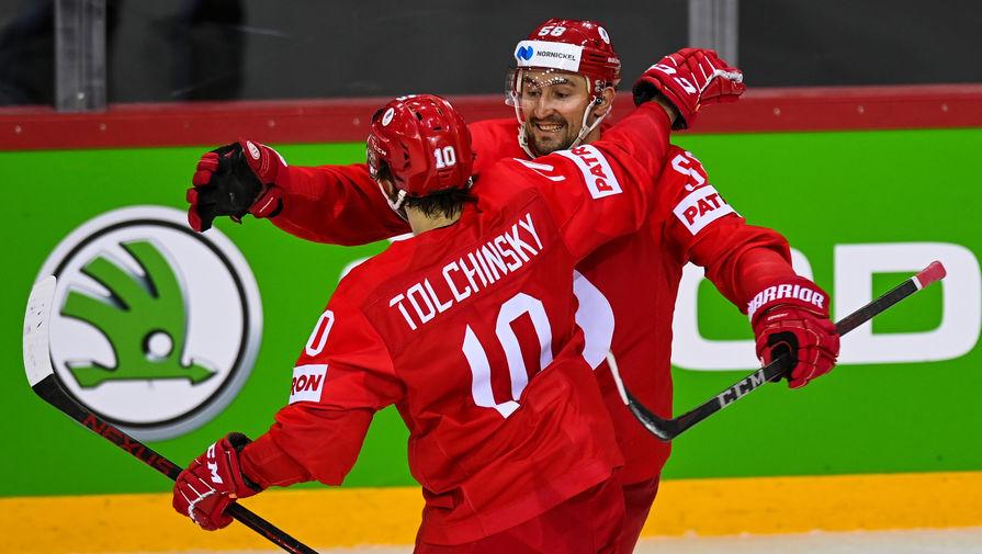 Слева направо: Сергей Толчинский и Антон Слепышев (Россия) радуются заброшенной шайбе в матче группового этапа чемпионата мира по хоккею 2021 между сборными командами Словакии и России, 24 мая 2021 года