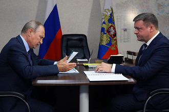 Владимир Путин и временно исполняющий обязанности губернатора Рязанской области Николай Любимов во время встречи, 24 августа 2017 года