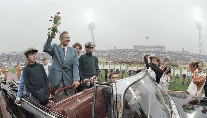 Лев Яшин во время круга почета по стадиону «Динамо» в день матча сборной мира и сборной «Динамо» в честь 60-летия вратаря, 1989 год