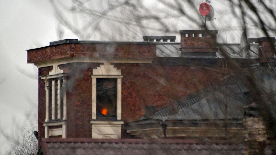 Окна дома забаррикадировавшегося в Мытищах пенсионера, открывшего огонь по сотрудникам правоохранительных органов, 30 марта 2021 года