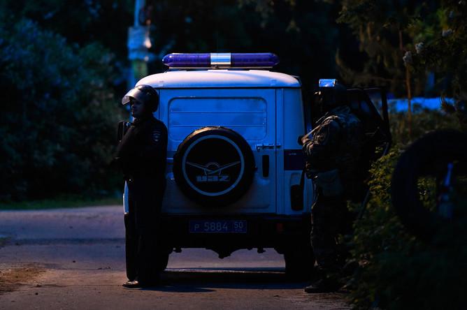 Сотрудники Росгвардии стоят в оцеплении на одной из улиц поселка Кратово