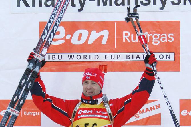 Норвежец Оле-Эйнар Бьорндален стал победителем в гонке на 10 км. Восьмой этап Кубка мира по биатлону. Город Ханты-Мансийск, 2008 год