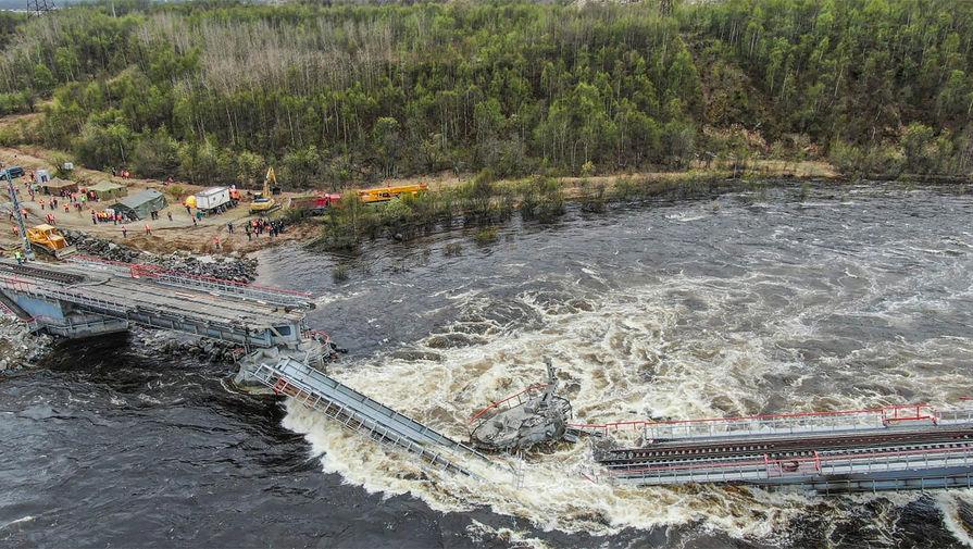 На месте обрушения железнодорожного моста через реку Кола в Мурманской области.