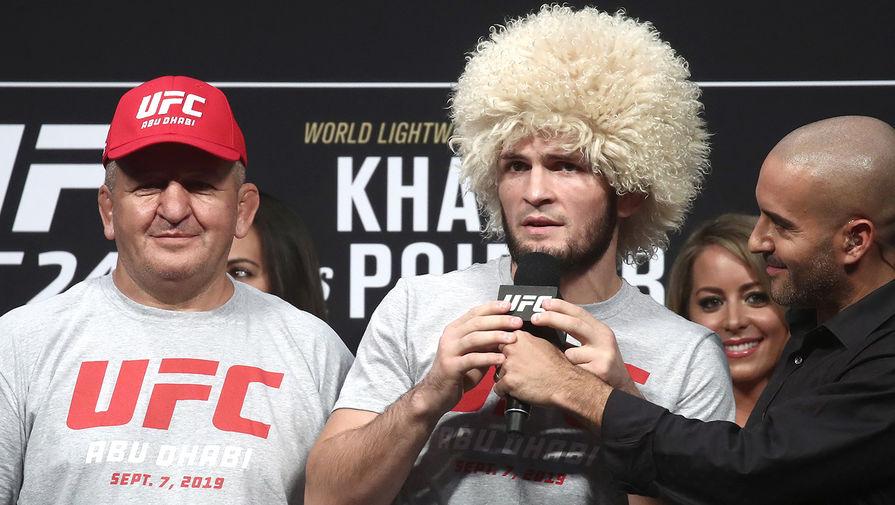 Чемпион UFC в легком весе Хабиб Нурмагомедов и его отец и тренер Абдулманап Нурмагомедов во время торжественной церемонии взвешивания накануне турнира UFC 242, 2019 год