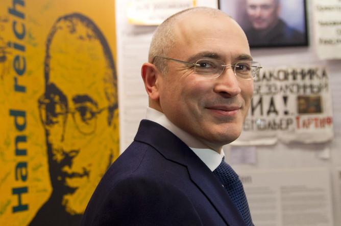 Михаил Ходорковский в музее Берлинской стены