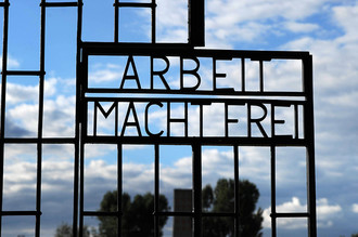 Фраза «Труд освобождает» на воротах концентрационного лагеря Дахау