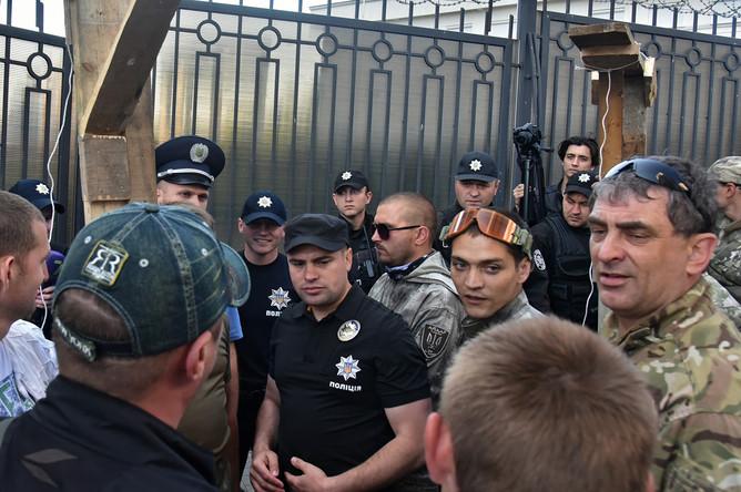 Полицейские и радикалы на месте пикетирования здания генерального консульства РФ в Одессе