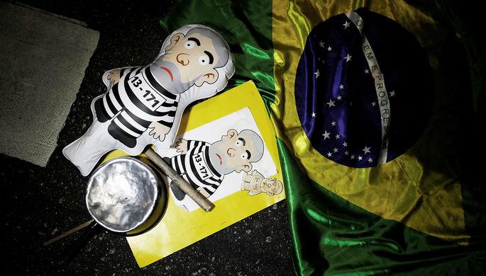 Надувная кукла в виде экс-президента Бразилии Луиса Инасиу Лулы да Силвы во время празднования в...