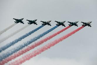 Штурмовики Су-25 во время главного военно-морского парада в честь Дня Военно-Морского Флота России в Санкт-Петербурге, 30 июля 2017 года
