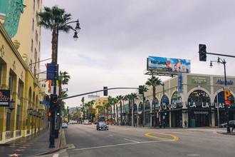 Голливудская Аллея славы — в ее тротуары вмонтировано множество звезд с именами самых известных голливудских артистов и деятелей культуры