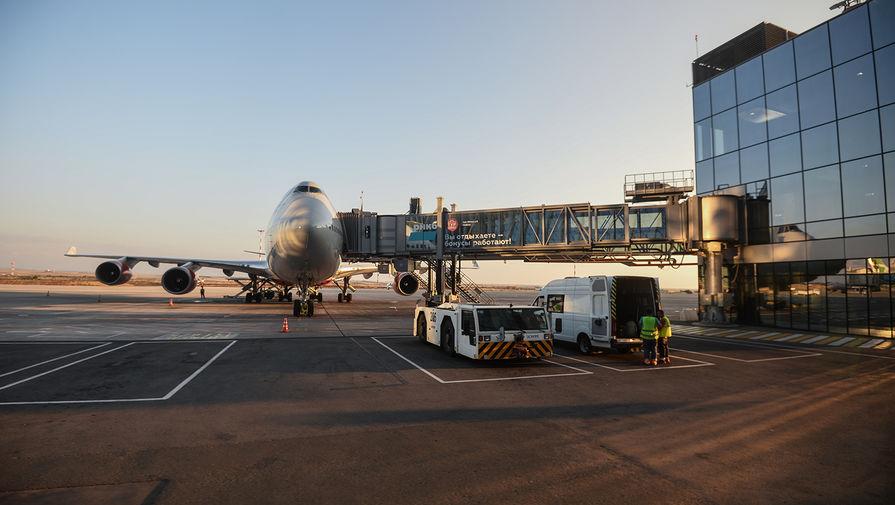 Пассажирский авиалайнер в аэропорту Симферополя, 2020 год