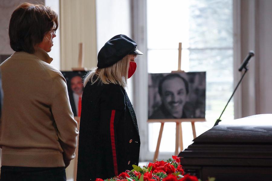 Пугачева, Галкин, Сюткин: кто приехал на похороны Краснова
