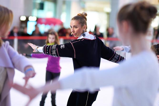 Фигуристка Татьяна Навка во время мастер-класса по фигурному катанию в Москве, март 2017 года