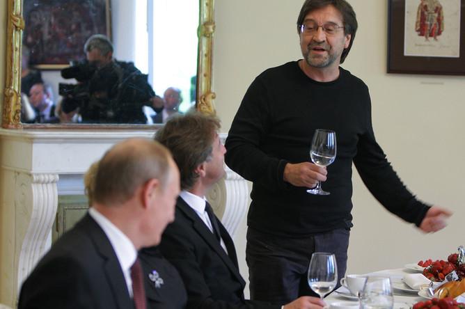 Чаепитие премьера Владимира Путина с участниками благотворительного вечера в Санкт-Петербурге, справа в кадре — музыкант Юрий Шевчук, 29 мая 2010 года