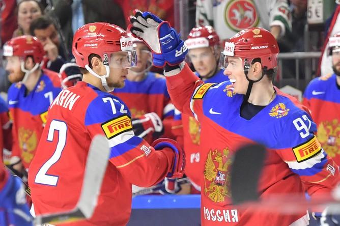 Игроки сборной России Артемий Панарин (слева) и Евгений Кузнецов в матче за третье место чемпионата мира по хоккею – 2017 между сборными командами России и Финляндии