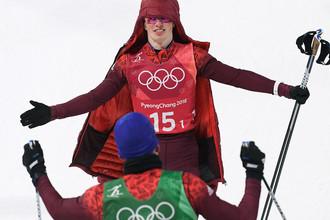 Российские спортсмены Денис Спицов (на втором плане) и Александр Большунов, завоевавшие серебряные медали в командном спринте среди мужчин в соревнованиях по лыжным гонкам на XXIII зимних Олимпийских играх в Пхенчхане, 21 февраля 2018 года