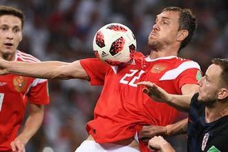 Слева направо: Далер Кузяев, Артем Дзюба (Россия) и Иван Ракитич (Хорватия) в матче 1/4 финала чемпионата мира по футболу между сборными России и Хорватии