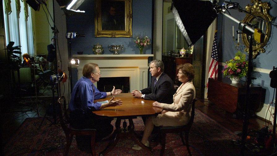 Ларри Кинг и Джордж Буш с супругой Лорой , 2000 год