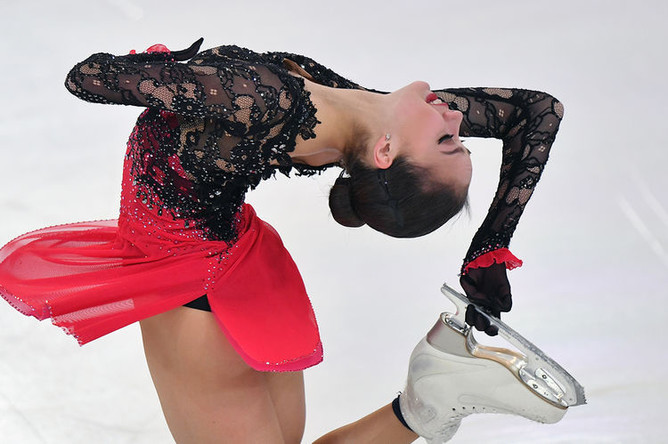 Алина Загитова выступает в произвольной программе женского одиночного катания на чемпионате России по фигурному катанию в Саранске