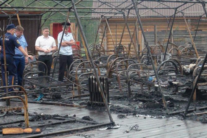 Сотрудники МЧС России на месте пожара в палаточном лагере «Холдоми» в Солнечном районе Хабаровского края, 23 июля 2019 года