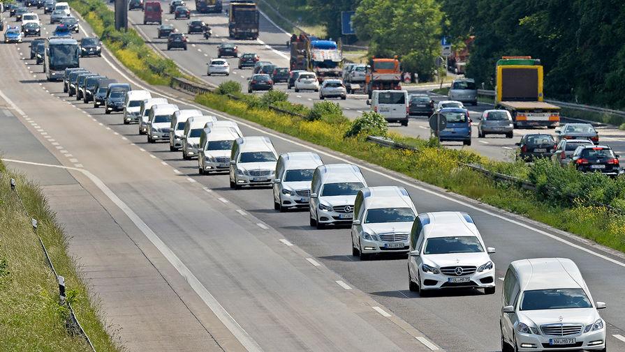 Колонна из катафалков во время похорон жертв крушения самолета Airbus A320 авиакомпании Germanwings на шоссе в Дуйсбурге, Германия, июнь 2015 года