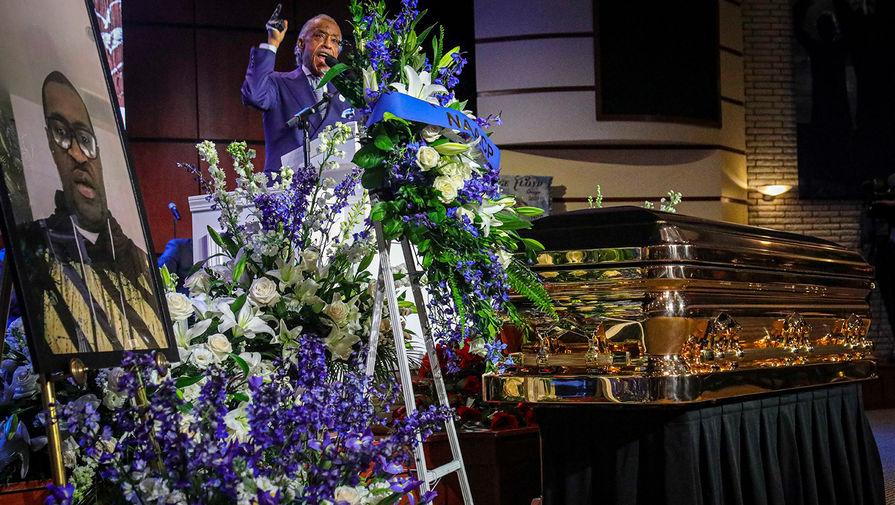 Баптистский священник и активист за права темнокожих Эл Шарптон во время церемонии прощания с Джорджем Флойдом в Миннеаполисе, 4 июня 2020 года
