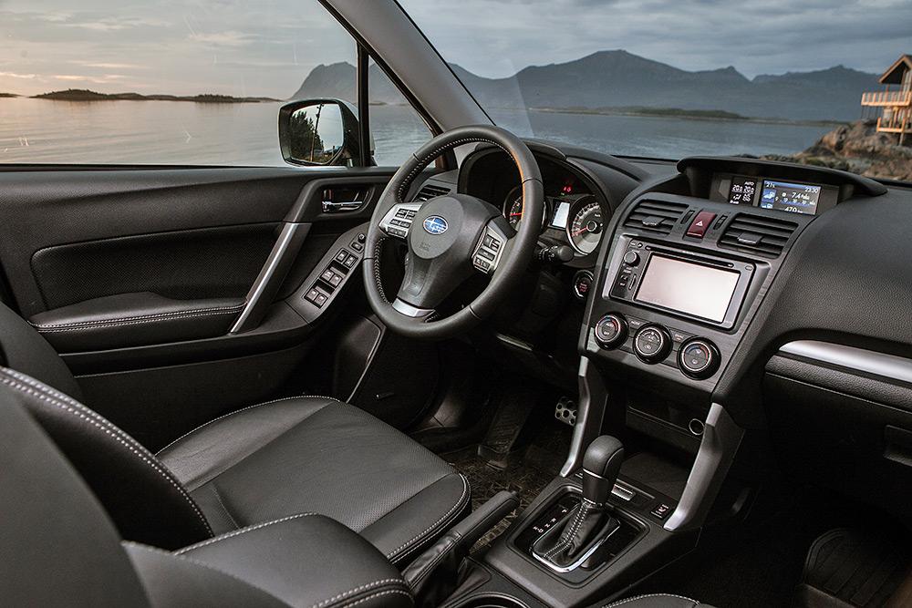 Салон у Subaru Forester XT довольно простой, без изысков. Фотография: Subaru