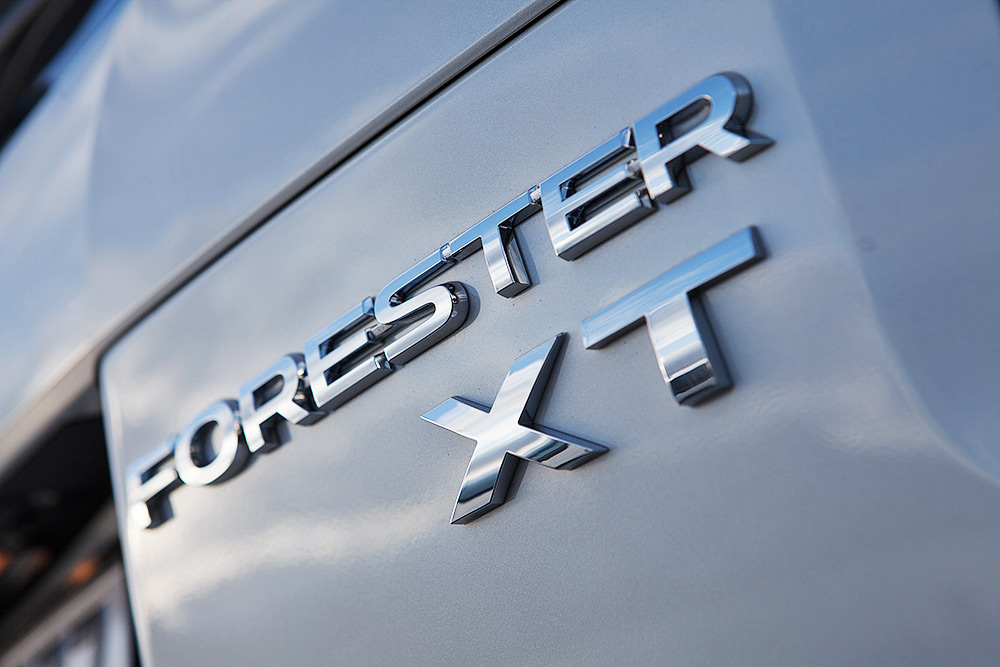 Спецверсию XT с более мощным турбированным 2-литровым мотором отличает только небольшая шильда на капоте. Фотография: Subaru