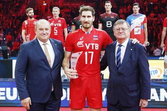 Волейболист сборной России Максим Михайлов (в центре) с призом самому ценному игроку чемпионата Европы