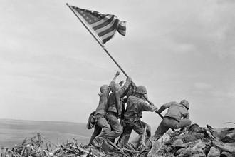 Водружение флага над Иводзимои, 23 февраля 1945 года
