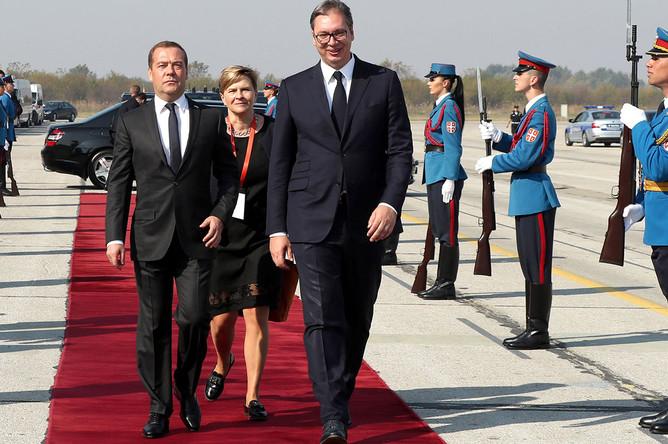 Премьер-министр РФ Дмитрий Медведев и президент Сербии Александр Вучич военном смотре сербской армии «Свобода 2019» на аэродроме Батайница