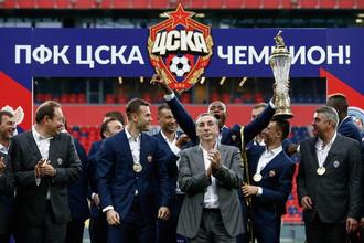 Евгений Гинер (в центре) в окружении футболистов ЦСКА