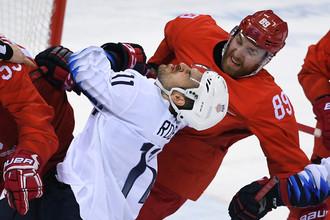 Гаррет Рой (США) и Никита Нестеров (Россия) в матче Россия- США по хоккею среди мужчин группового этапа на XXIII зимних Олимпийских играх