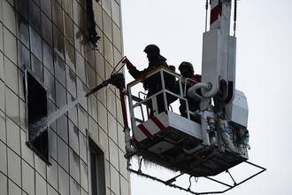 Сотрудники пожарной охраны МЧС во время тушения пожара в торговом центре «Зимняя вишня» в Кемерово, 26 марта 2018 года