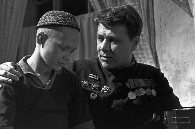 Эдик Соболев (слева) в роли Ивана и Игорь Охлупин в роли Меркурия в кадре из художественного фильма «Ночь коротка», 1981 год