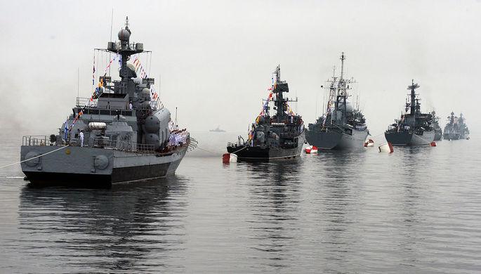 Корабли Тихоокенского флота (ТОФ) в парадном строю на праздновании Дня Военно-Морского Флота во...