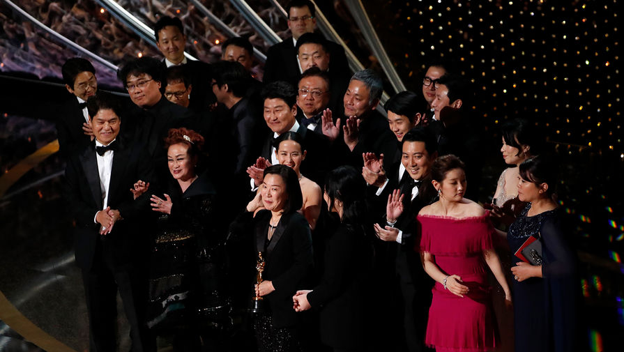 Команда, работавшая над фильмом «Паразиты», во время церемонии награждения кинопремии «Оскар» в Лос-Анджелесе, 9 февраля 2020 года