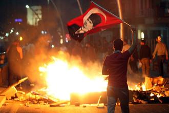 На знаменах протестующих против правления Эрдогана изображен создатель светского турецкого государства Мустафа Кемаль Ататюрк