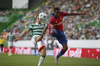 Ахмед Муса (справа) в борьбе за мяч в лиссабонском матче