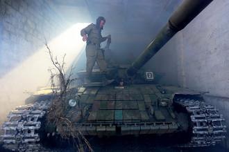 Ополченец ЛНР во время отвода вооружений калибра менее 100 мм от линии соприкосновения в самопровозглашенной Луганской народной республике