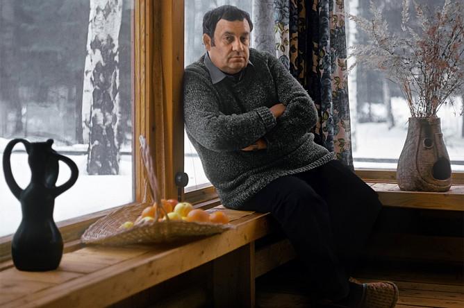 Эльдар Рязанов в своем загородном доме, 1988