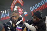 Боксер Рой Джонс-младший, получивший вэтом году российское гражданство, потерпел поражение от британца Энцо Маккаринелли вбою, который проходил наарене «ВТБ Ледовый дворец» вМоскве.