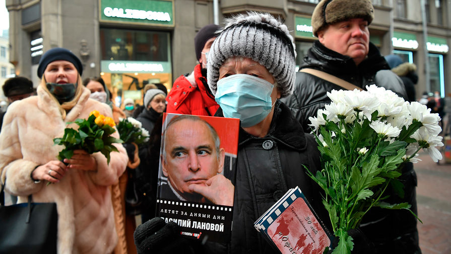 Люди около театра Вахтангова в Москве во время церемонии прощания с Василием Лановым, 1 февраля 2021 года