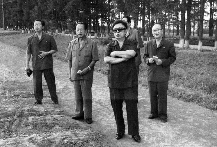 Ким Чен Ир на картофельном поле в провинции Янгандо, 1999 год